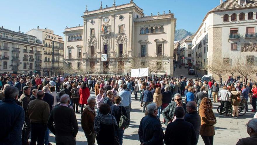 Concentración realizada por cientos de agricultores en la Plaza Santa María de Jaén, en defensa del sector y del olivar.