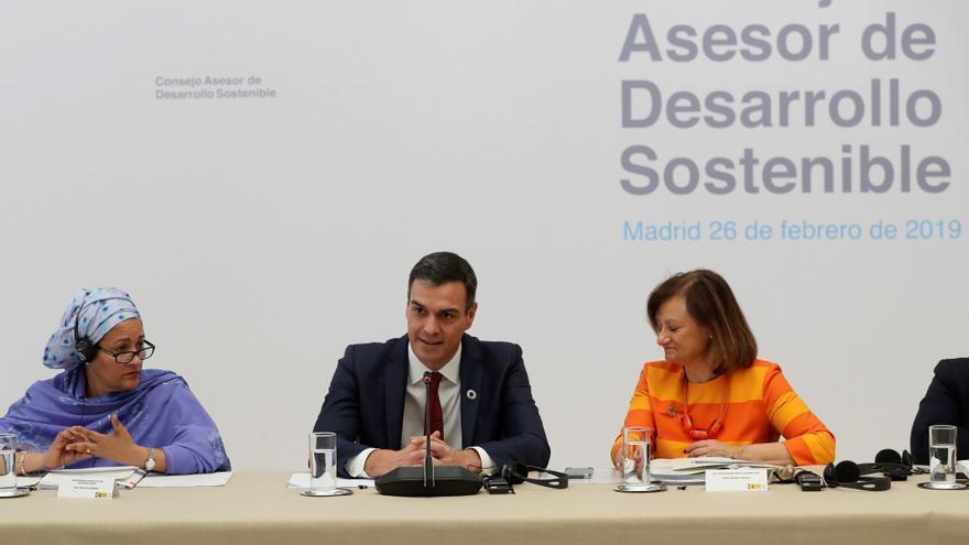 El presidente del Gobierno, Pedro Sánchez, acompañado por la alta comisionada para la Agenda 2030, Cristina Gallach (d), y la vicesecretaria general de las Naciones Unidas, Amina Mohammed (i), durante la presentación del Consejo Asesor de Desarrollo Sostenible, este martes en el Palacio de La Moncloa.