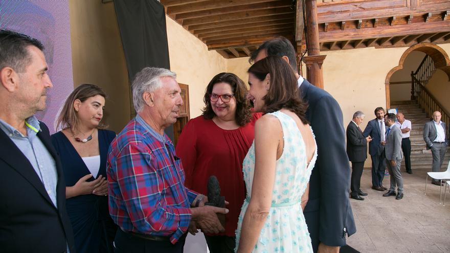 La consejera de Turismo del Gobierno canario, María Teresa Lorenzo, entrega en Fuerteventura los premios por el Día Mundial del Turismo.