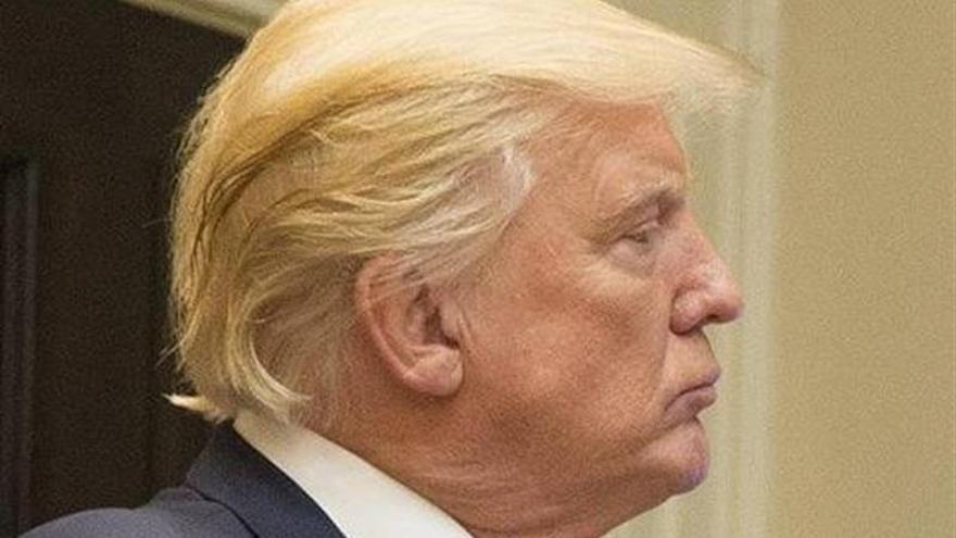 Trump desata otra polémica al retuitear a un conspiracionista de derecha