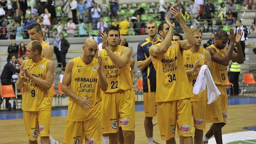Los jugadores del Herbalife Gran Canaria con el trofeo de consolación del Torneo Solidario disputado en Burgos. (cbgrancanaria.net).