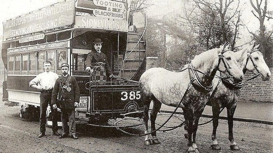 Dos caballos obligados a tirar de un tranvía en Londres, alrededor de 1890