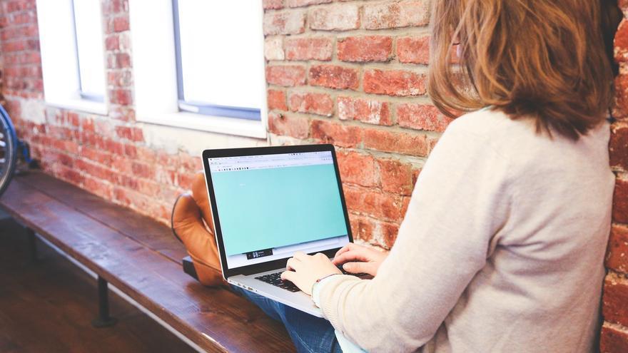 Las mujeres periodistas y políticas soportan el constante acoso en redes sociales como Twitter