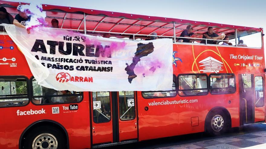 En la protesta se han abierto botes de humo de color violeta