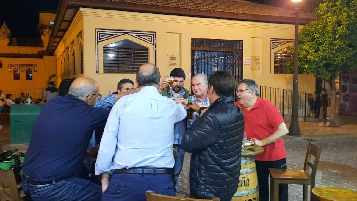 El presidente de la Región de Murcia, Fernando López Miras, en un bar de Cieza excediendo el aforo máximo permitido por mesa según el protocolo anti-COVID
