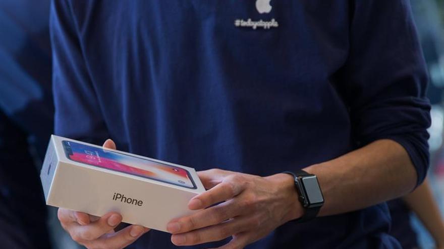 Miles de personas guardan cola en Tokio para conseguir el nuevo iPhone X