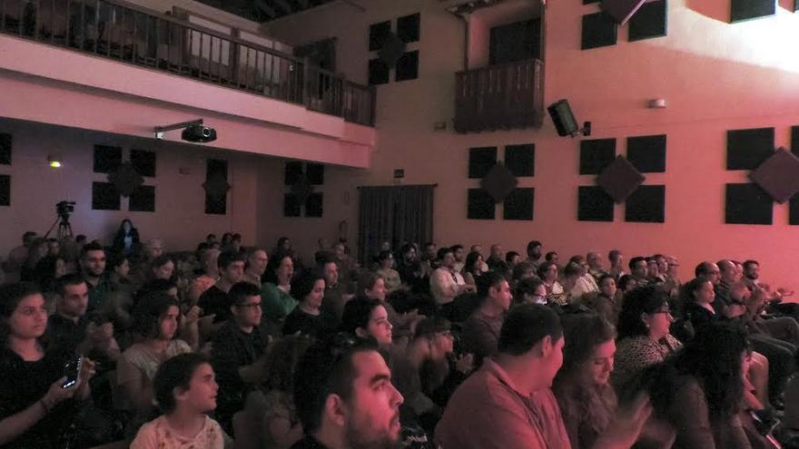 Imagen del patio de butacas de la Casa de la Cultura de Santo Domingo, en Garafía, el pasado sábado, en el acto de presentación de Muestra de Cine Astronómico Tiempo Sur 2015.