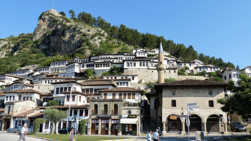Berat, la ciudad de las mil ventanas. La arquitectura otomana domina el casco histórico de la villa. gailhampshire