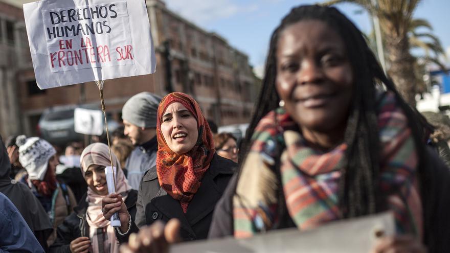 Personas de diferentes orígenes han acudido a la manifestacion de homenjae a las victimas de El Tarajal/ Fotografía: Robert Bonet