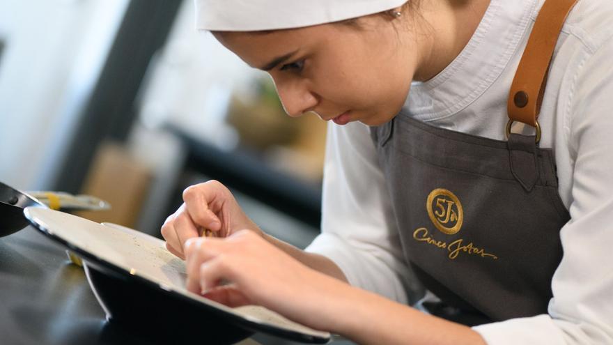 Blanca Carrillo durante la preparación del plato