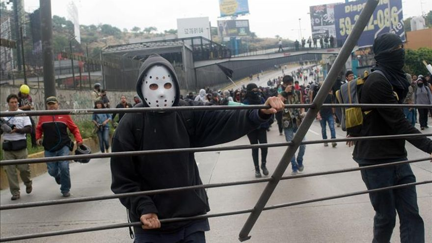 Los estudiantes de Ayotzinapa exigen al Estado responsabilidad por violencia