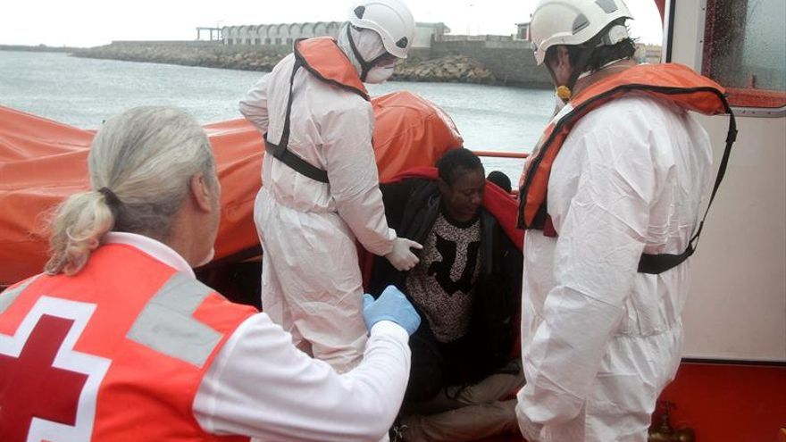 Rescatada una patera con 11 personas cerca de la costa de Tarifa (Cádiz)
