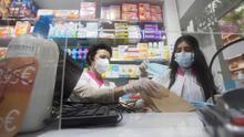 En la imagen de ayer, farmacias catalanas durante el reparto de las mascarillas compradas por la Generalitat para repartirlas entre la ciudadanía.