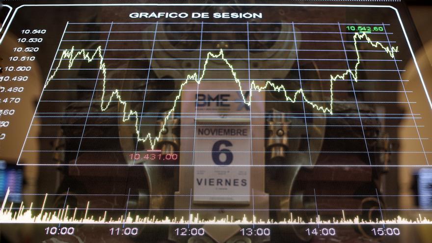 Valores de la bolsa de Madrid (España), a 6 de noviembre de 2020. El Ibex 35 mantenía un descenso del 0,61% en la media sesión de este viernes, atento a la carrera presidencial en Estados Unidos entre el presidente, Donald Trump, y el candidato demócrata