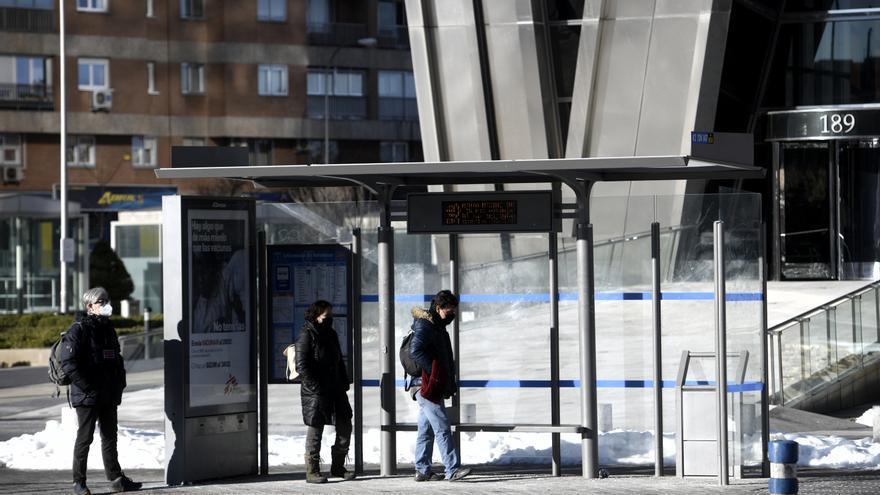 Varias personas esperando el autobús en Madrid (España), a 18 de enero de 2021