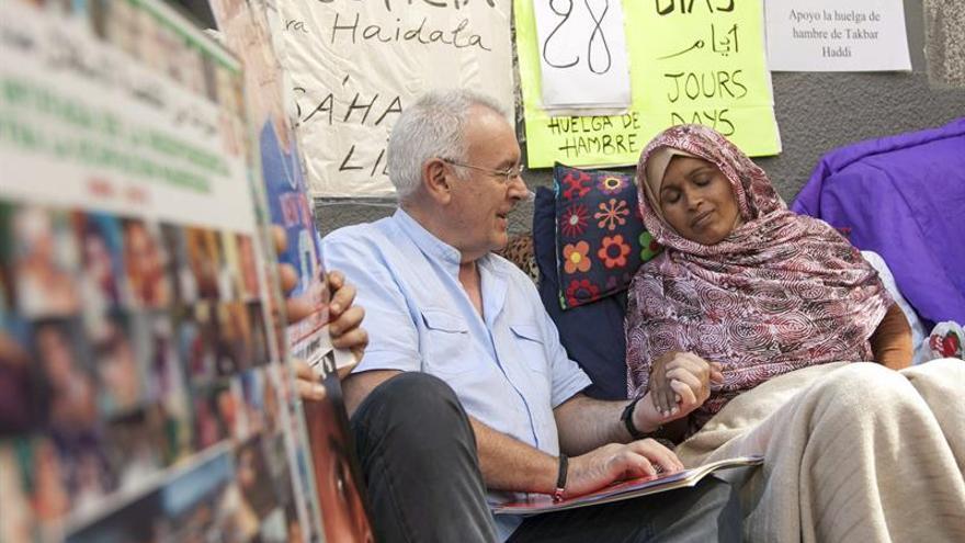 Cayo Lara y la saharaui Takbar Haddi (EFE/ÁNGEL MEDINA G.).