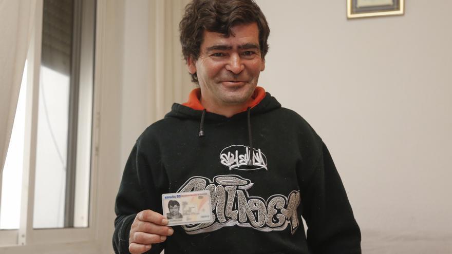 Luis, conocido como Joselito, con su DNI que acaba de obtener a los 42 años.