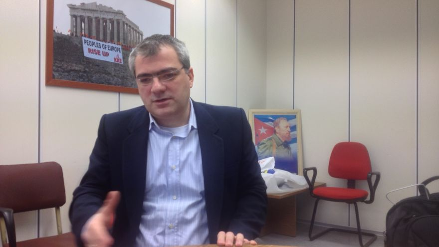 El eurodiputado del Partido Comunista Griego (KKE) Kostas Papadakis, en la sede del partido en Atenas, el 23 de enero de 2015. / A.G.