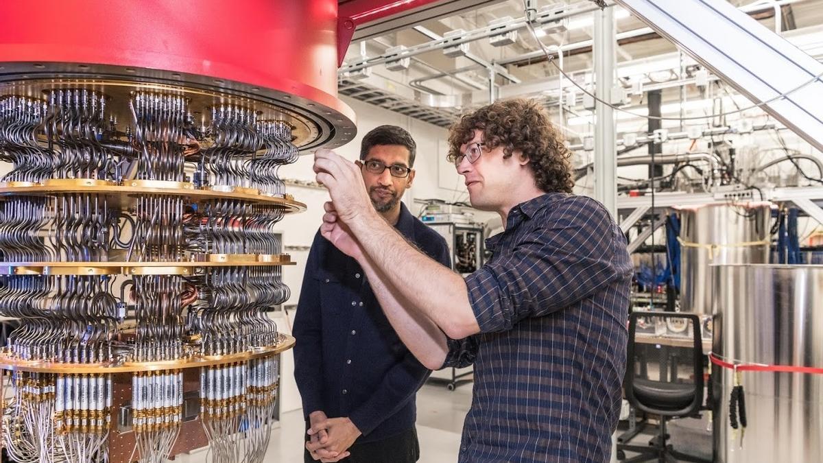 Un ingeniero muestra a Sundar Pichai, CEO de Google, uno de los procesadores cuánticos que investiga la compañía.