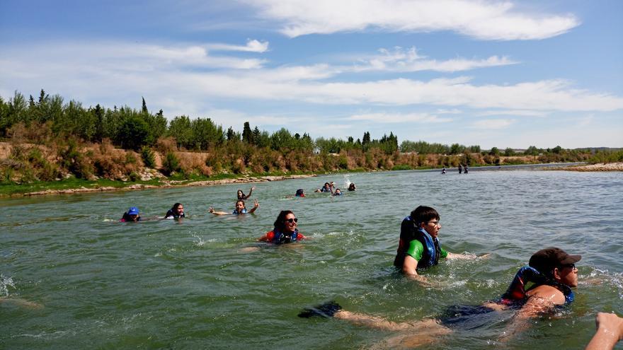 Personas bañándose en el Ebro a su paso por Zaragoza