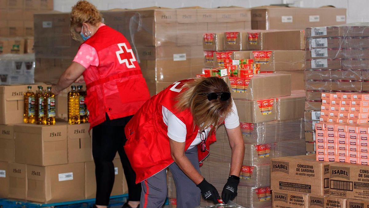 Reparto de alimentos por parte de Cruz Roja.