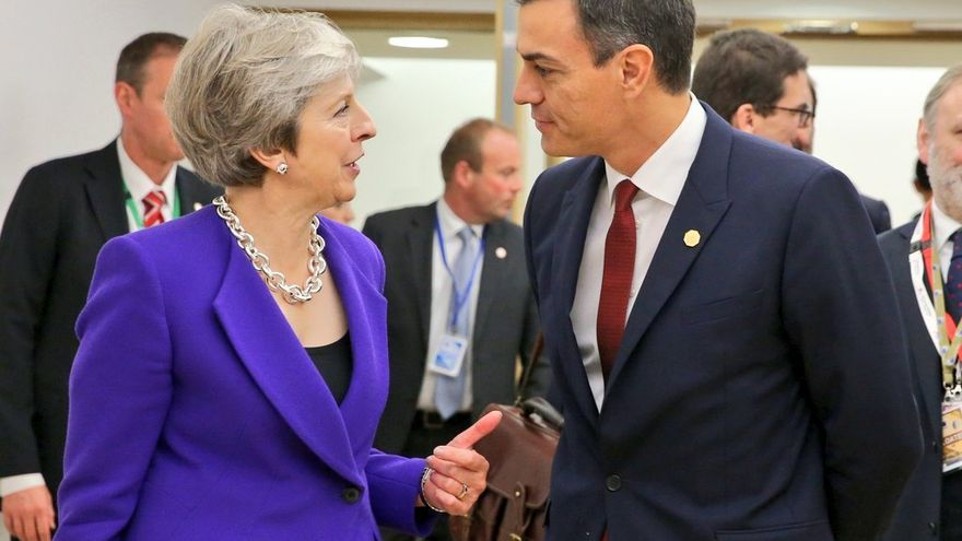 Theresa May y Pedro Sánchez.