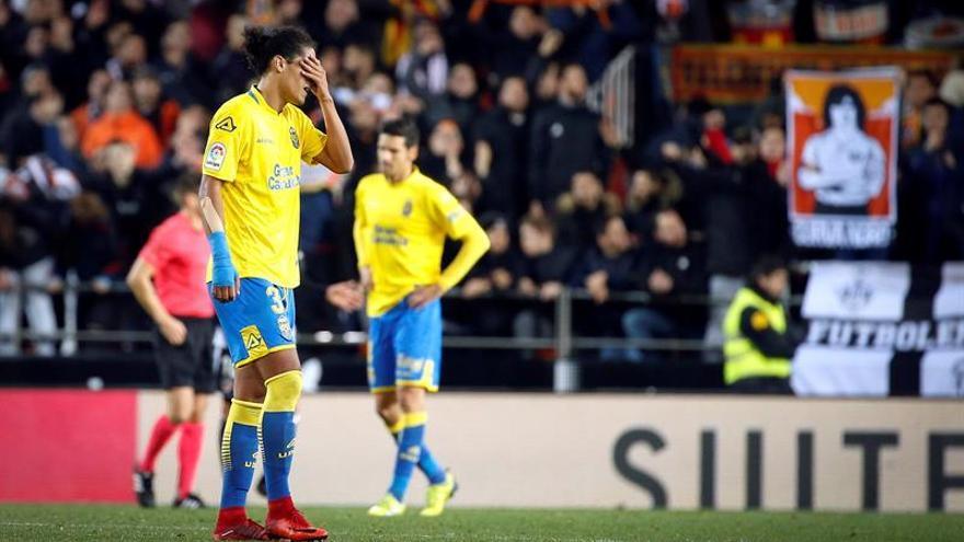 - El defensa uruguayo de la UD Las Palmas, Mauricio Lemos, a la finalización del partido de octavos de final de la Copa del Rey que han disputado frente al Valencia en el estadio de Mestalla. EFE/Kai Försterling.