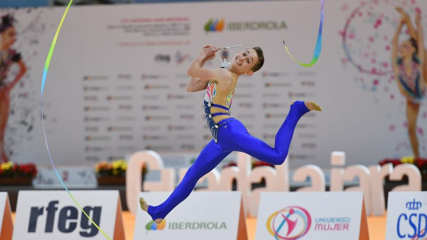 Eneko Lambea practicando gimnasia rítmica.