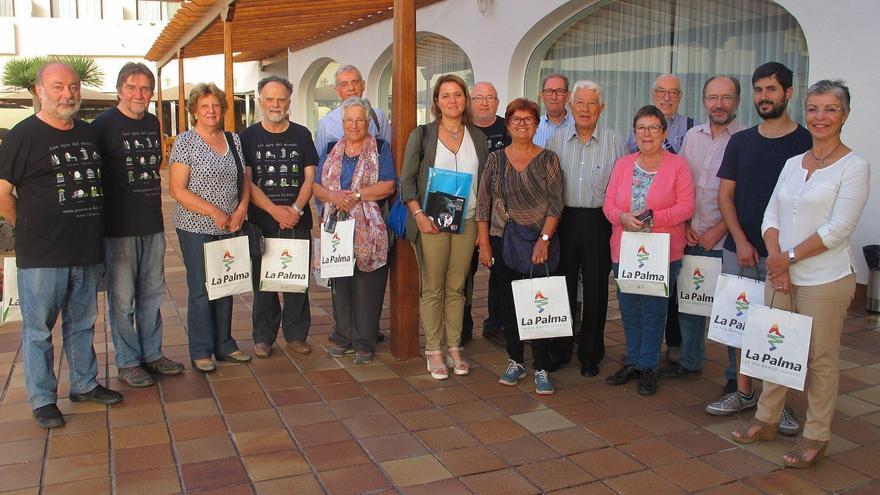 La consejera de Turismo de Cabildo de La Palma, Alicia Vanoostende (centro) saludó  y agradeció a los 25 astrónomos aficionados  de la Agrupació Astronòmica de Barcelona el interés mostrado por la Isla como destino de astroturismo.