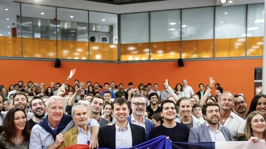 Simpatizantes de Macron celebran la victoria en la sede de Ciudadanos de Madrid