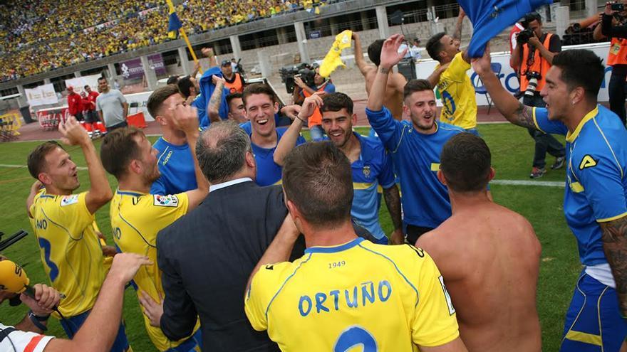 Los jugadores de la UD Las Palmas celebran el ascenso. (ALEJANDRO RAMOS)