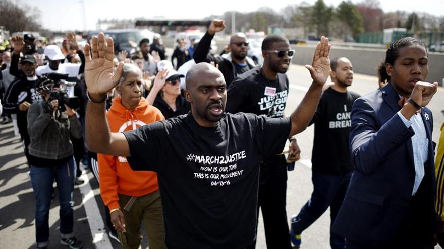 La exoneración de un policía blanco que mató a un joven negro desata las alarmas