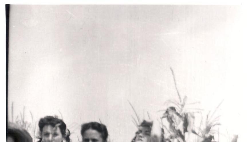 Mujeres en maizal. Mogro. MARIO CORRAL