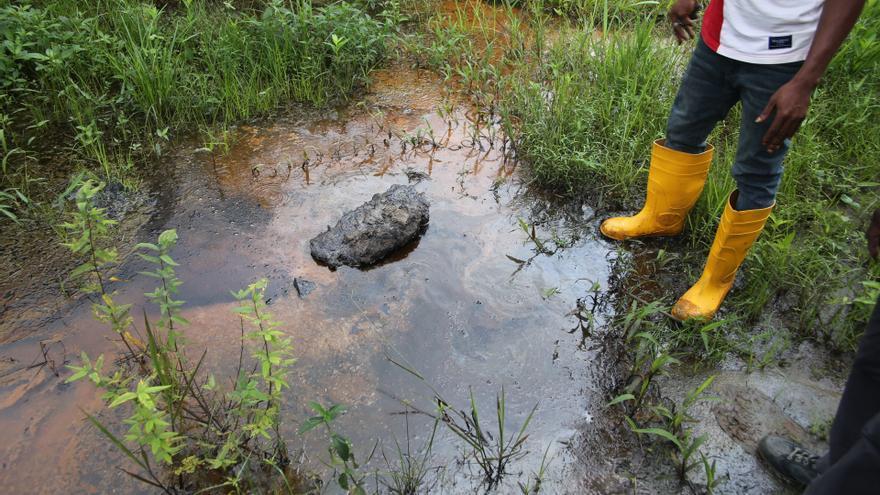 Rastros de contaminación con petróleo en el pantano de Barabeedom, en Kegbara Dere en la visita de Amnistía Internacional y CEHRD al delta del río Níger, en Nigeria. | Fotografía: Amnistía Internacional.   |