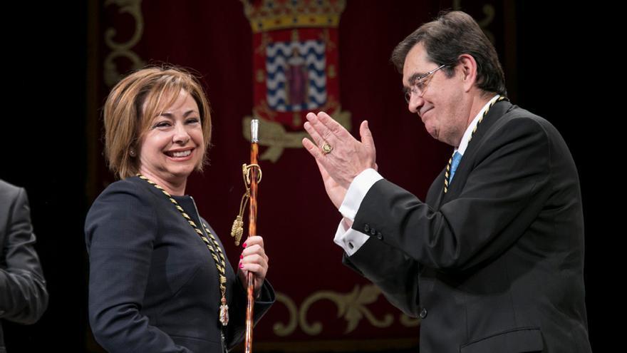 Rosa María Aguilar, nueva rectora de la ULL, en su toma de posesión junto a Antonio Martinón, rector saliente