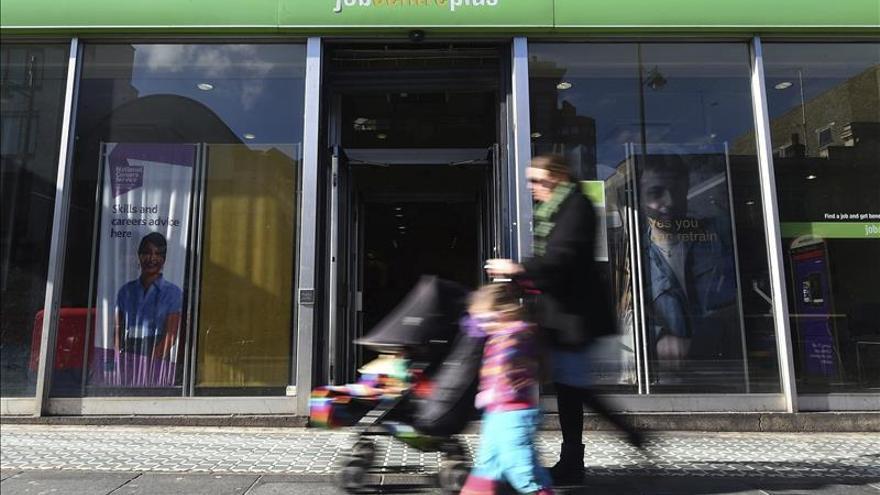 El desempleo en el Reino Unido bajó hasta el 5,5 % en el primer trimestre