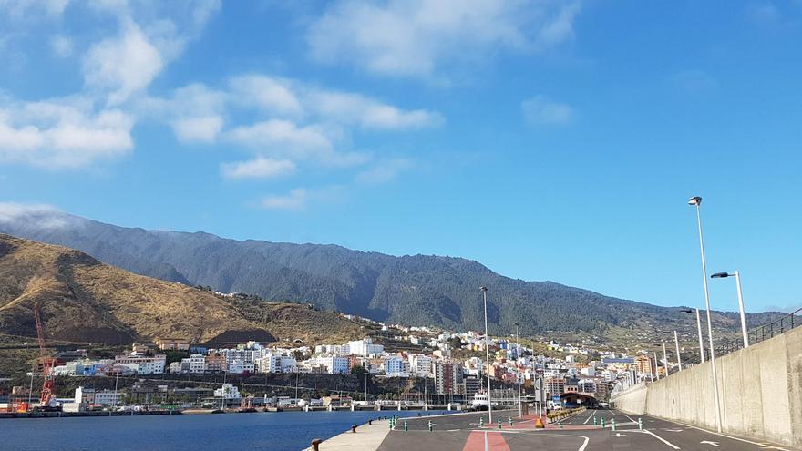 Imagen de archivo.  Cielo casi despejado. Puerto de Santa Cruz de La Palma.