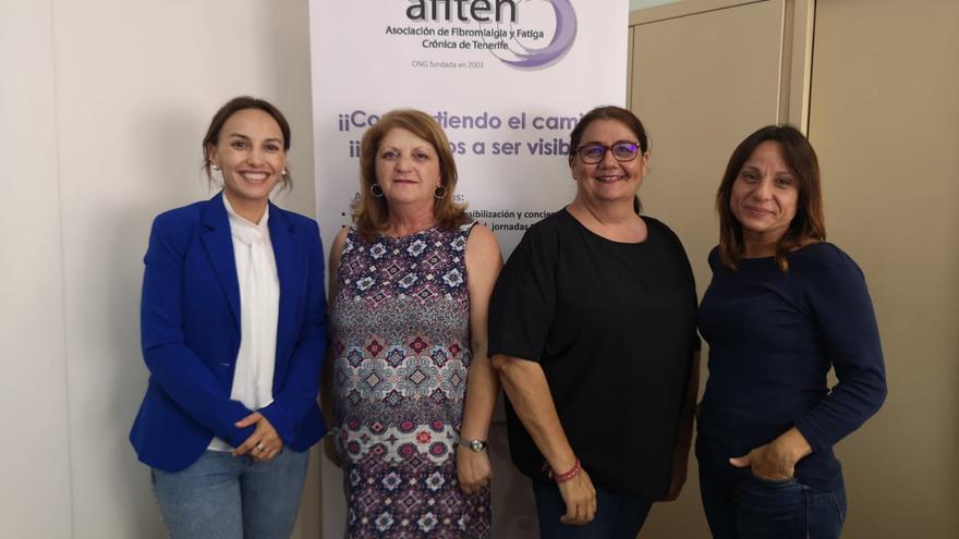 La senadora por Tenerife Olivia Delgado en una reunión con miembros de la Asociación de Fibromialgia de Tenerife (AFITEN).