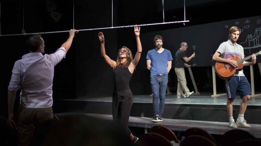 El recibimiento de los actores al público en el Teatro Pavón Kamikaze de Madrid