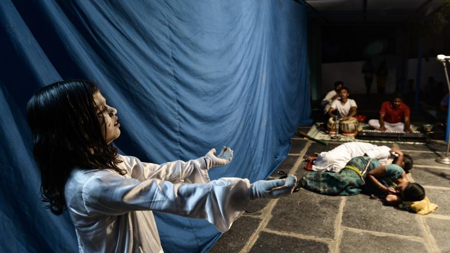 Una niña participa en una obra de teatro en la que se trata de concienciar a la población contra el feticidio de mujeres. La niña representa el fantasma de una chica que no nació por un aborto selectivo./ Zigor Aldama