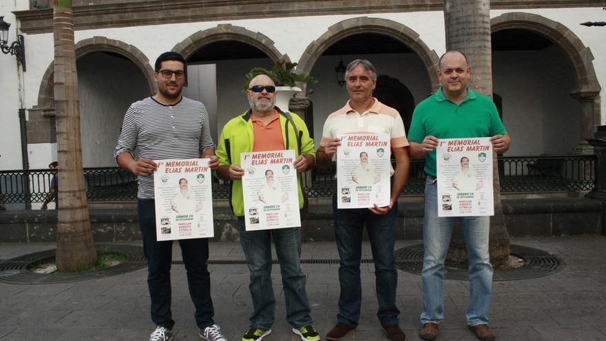 El concejal de Deportes de Santa Cruz de La Palma, Raico Arrocha, y los directivos del Club Auarita Tedote de Lucha Canaria.