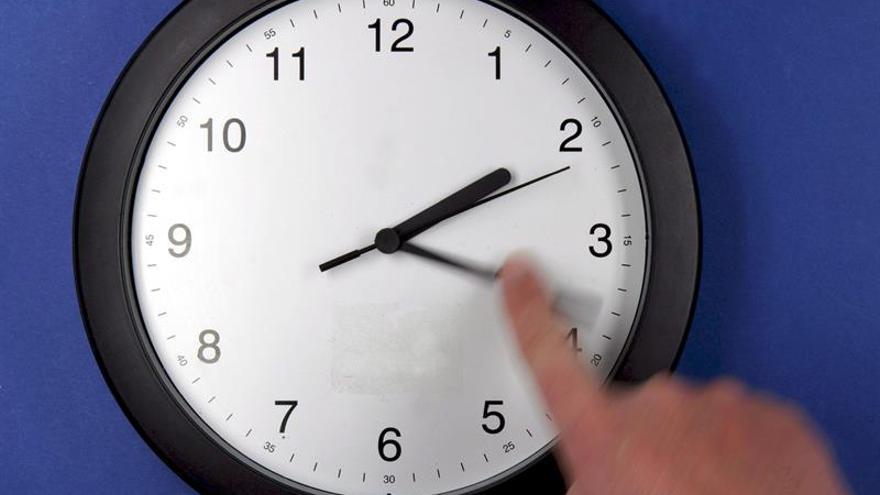 El reloj se adelanta una hora la madrugada de este domingo