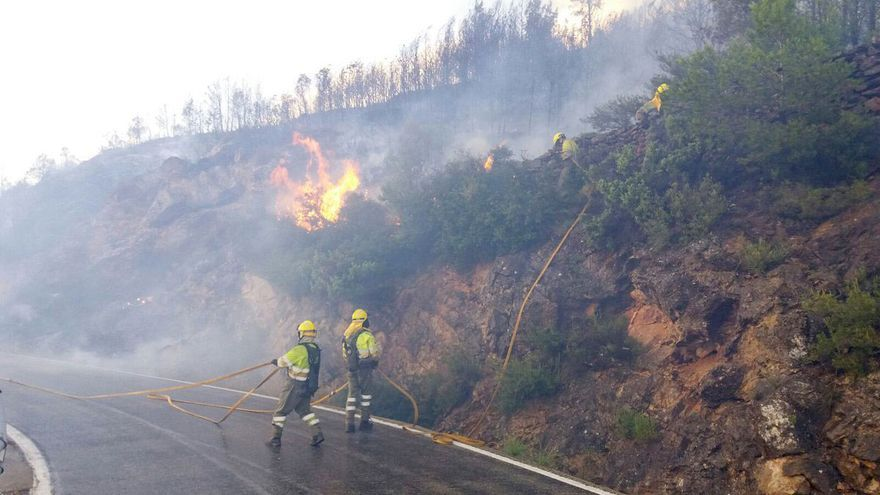 Dos bomberos trabajan en las tareas de extinción del incendio forestal de Gátova