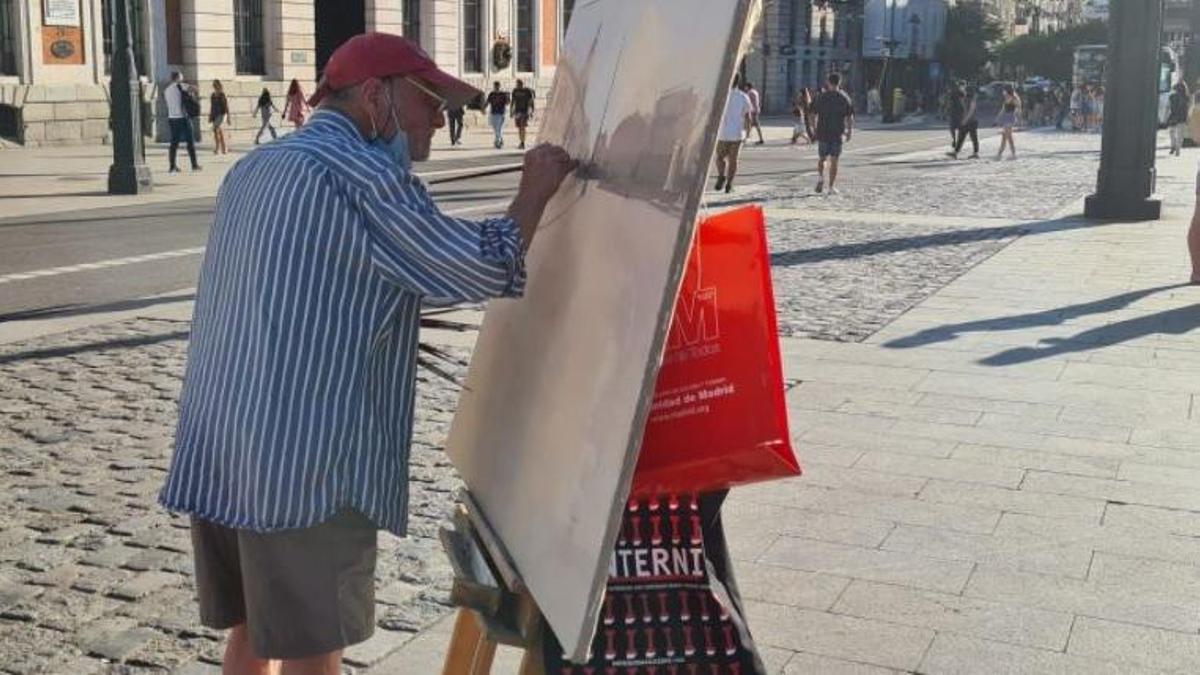 El pintor Antonio López trabajando en la Puerta del Sol