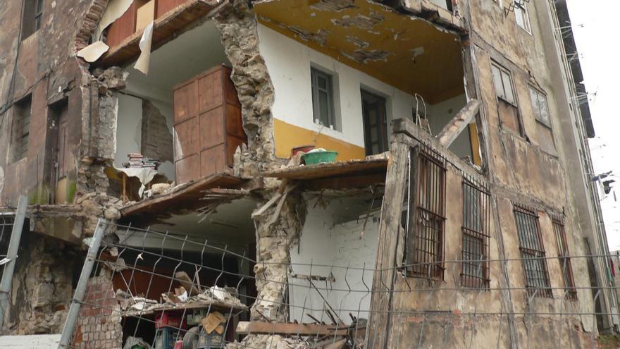 El Ayuntamiento de Sestao derribará un edificio en Rivas, tras desprenderse parte de su fachada