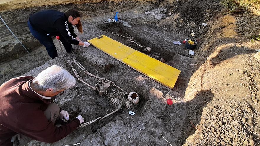 Trabajos arqueológicos en las fosas del franquismo en Alcalá del Río (Sevilla).   JUAN MIGUEL BAQUERO