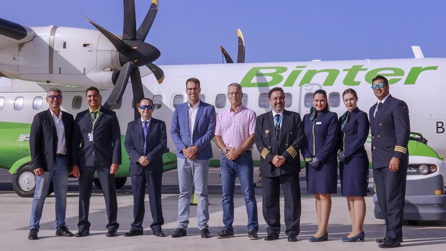 Foto de familia tras la firma del acuerdo de patrocinio con el Ayuntamiento de San Sebastián de La Gomera