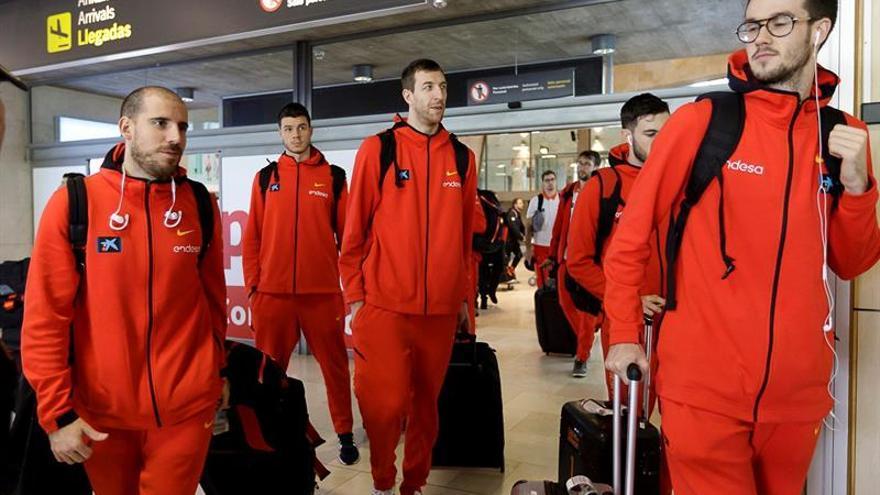 Jugadores de la selección española de baloncesto, a su llegada a Tenerife.. (EFE)