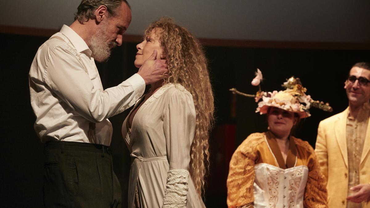 Un momento del montaje de la versión teatral de 'La casa de los espíritus', dirigida por Carme Portaceli y protagonizada por Carme Conesa.