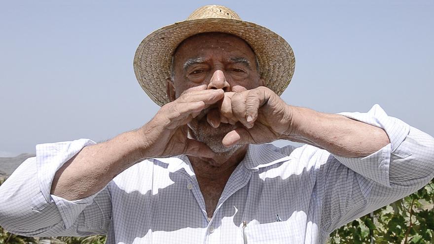 Isidro Ortiz Mendoza, en su residencia de Chipude, en varios momentos de la charla